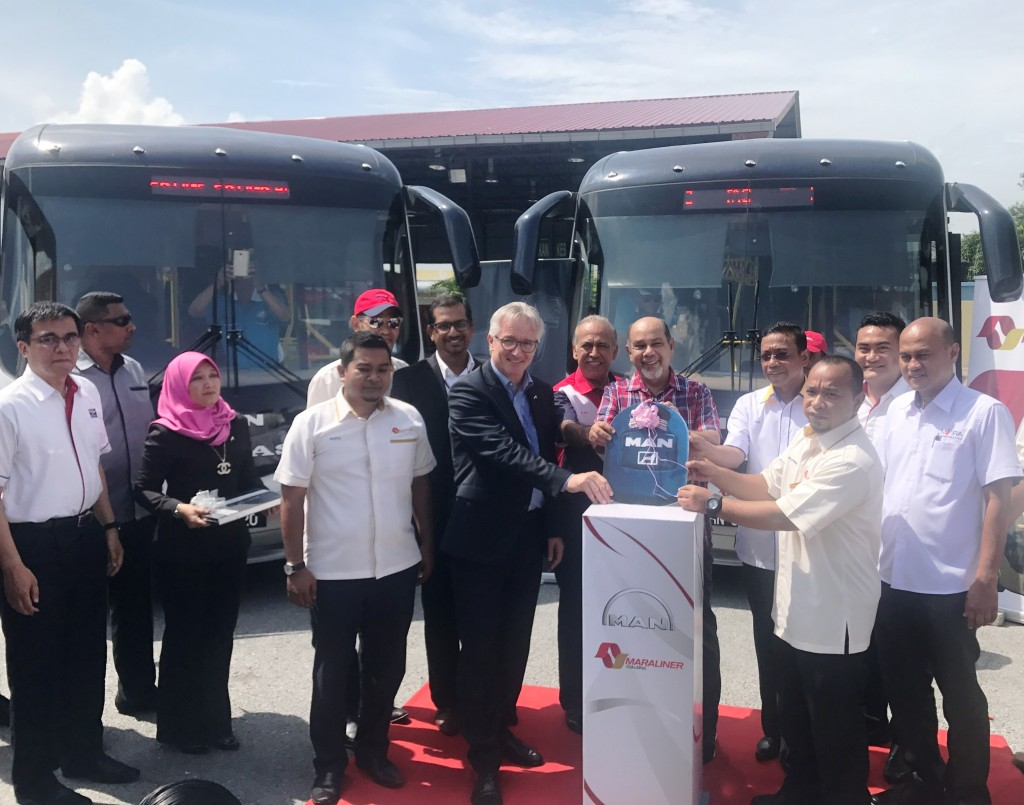 Zahrail Affenday bin Mohamed, Chief Operating Officer of MARA Liner Sdn Bhd (2nd from right, front) receiving the mock key from Hartmut Mueller, Managing Director of MAN Truck and Bus (M) Sdn Bhd (5th from left, front) for the handover of 27 units of MAN A80 City buses for myBAS Perlis.